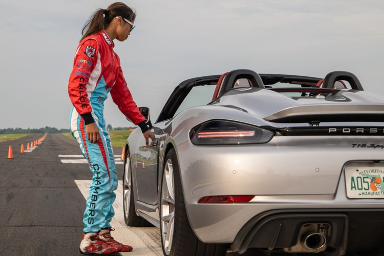 16岁的克洛伊·钱伯斯驾驶保时捷718 Spyder创造了最快的激流回旋纪录