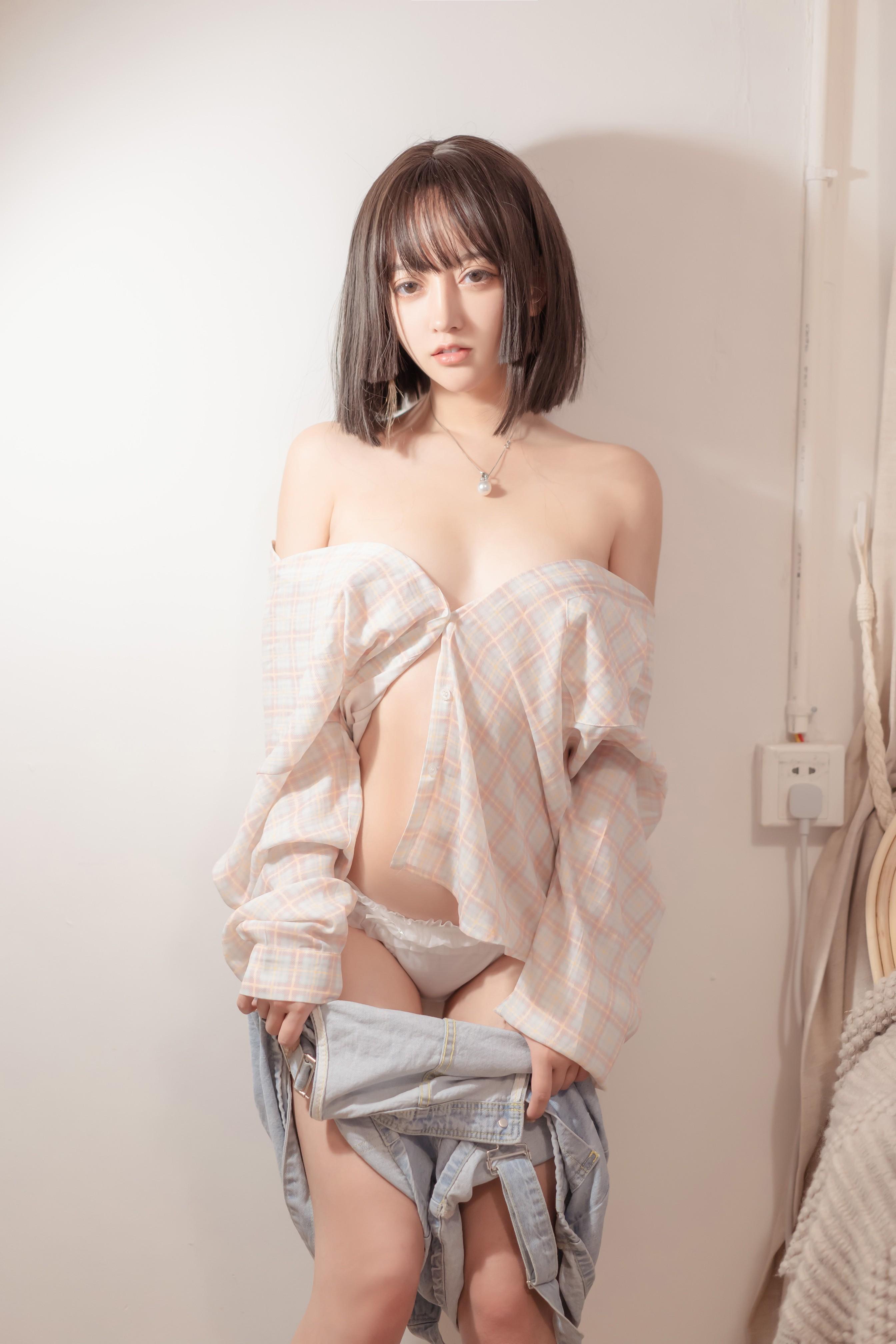 过期米线线喵背带裤写真,风格多变的斗鱼美女主播