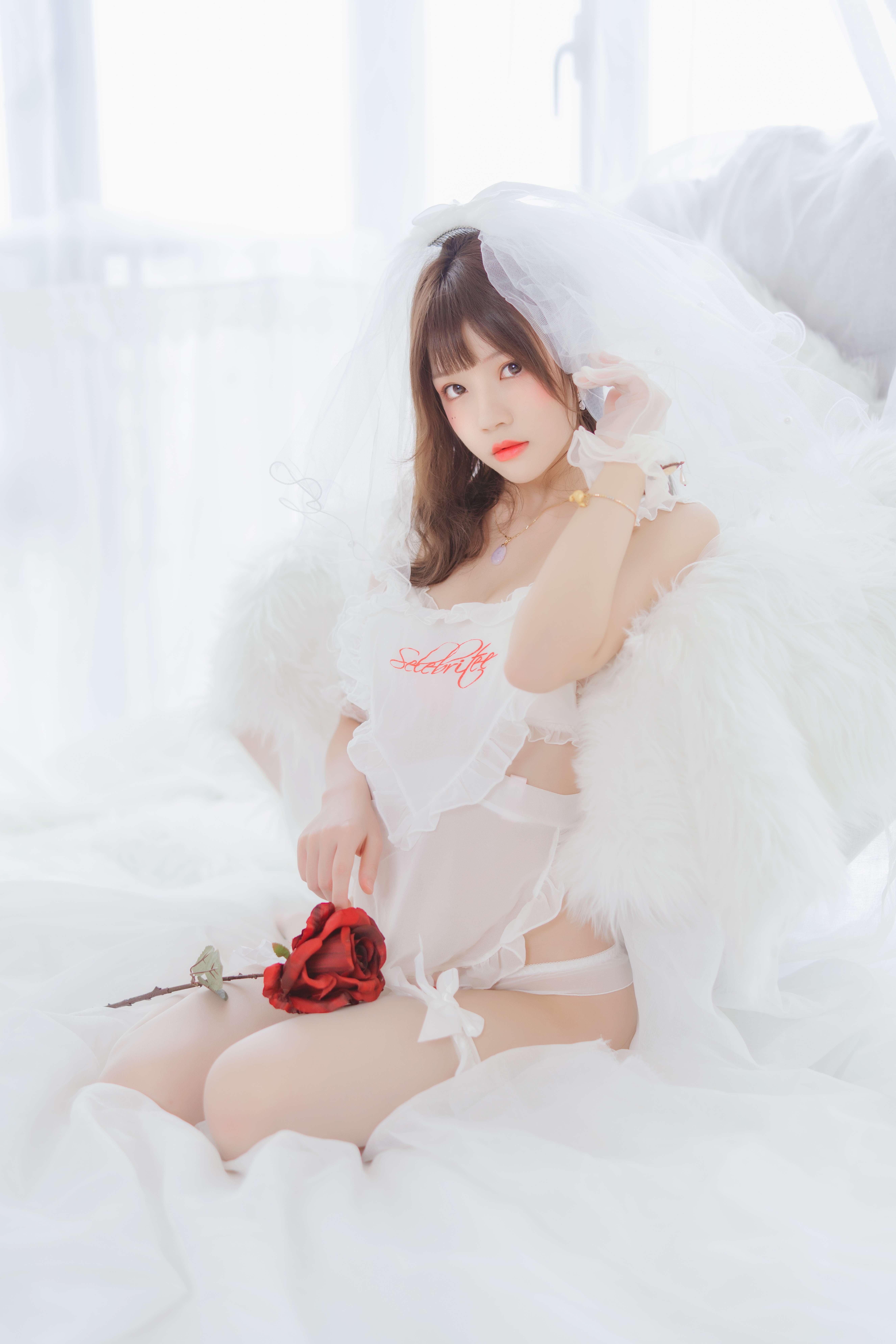 桜桃喵轻纱写真,白色轻纱下的动人妩媚